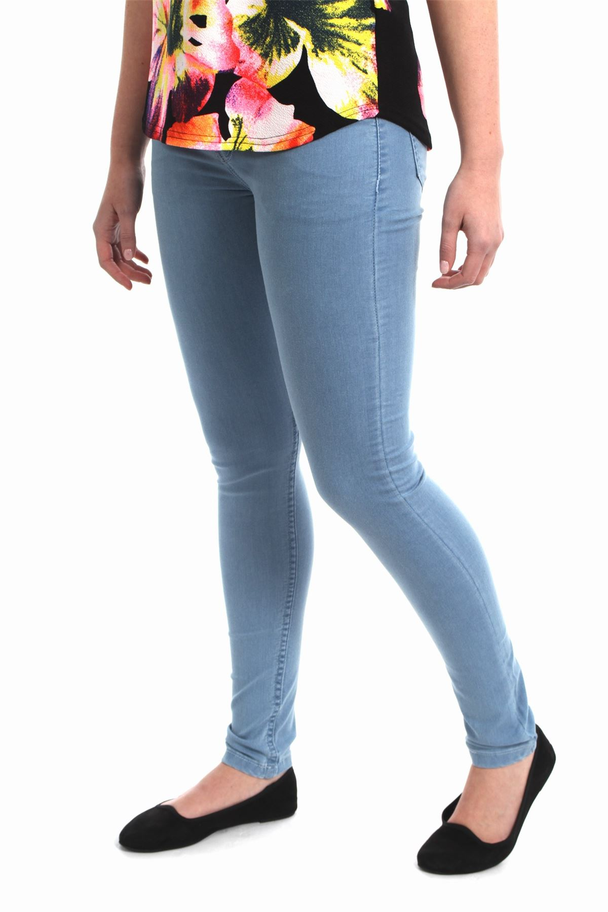 Pant leg styles in girls' jeans Pant legs have become like an artist's canvas, and girls' jeans offer a variety of styles, including distressed, embroidered, studded, and more. It's easy to get excited about the decorative aspects of jeans, but comfort is important, too.