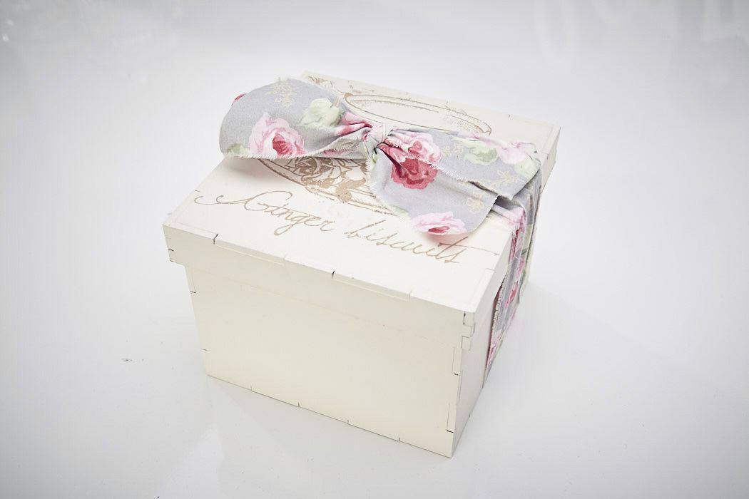 vintage shabby chic wooden biscuit ribbon box crafts organiser white beige ebay. Black Bedroom Furniture Sets. Home Design Ideas