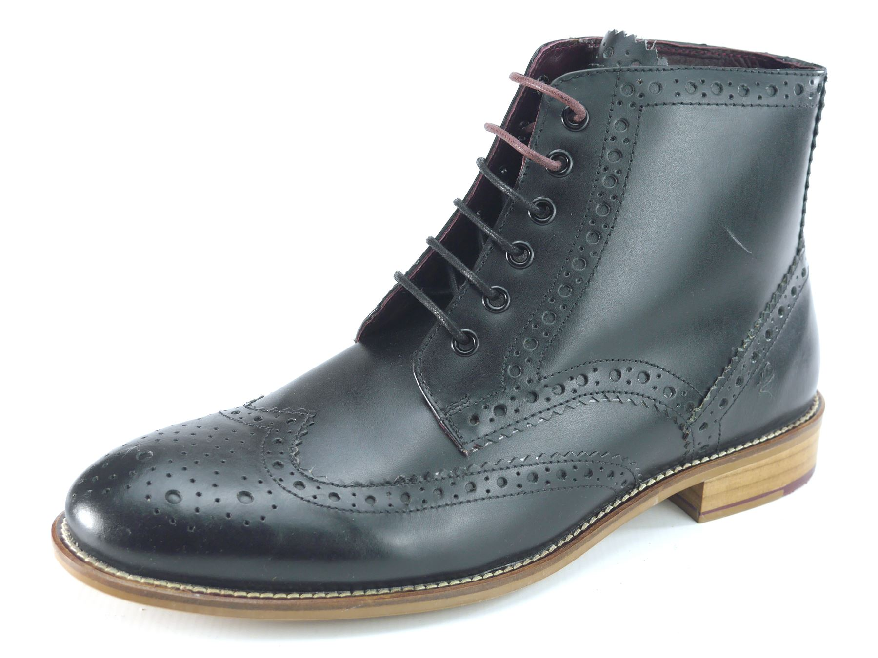 How to Wear Men's Brogues Brogues are a staple piece of footwear that every guy should have in his wardrobe. However, a lot of men are wondering how they should wear men's brogues and what pieces to style them with.