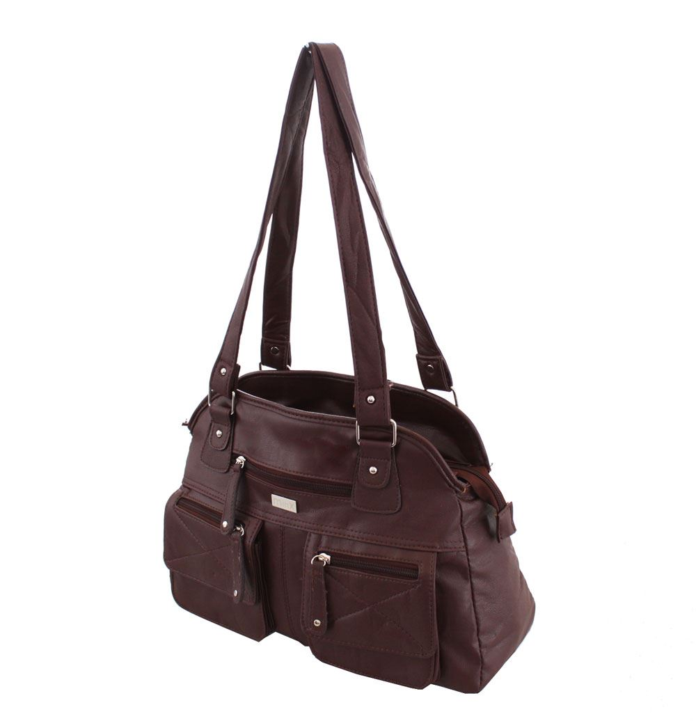 For women who travel a lot for work, finding a practical but attractive bag is a big challenge. Lo was inspired by his mother who had been on the hunt for lightweight, elegant travel bags that allowed her to carry her things around without hurting her back.
