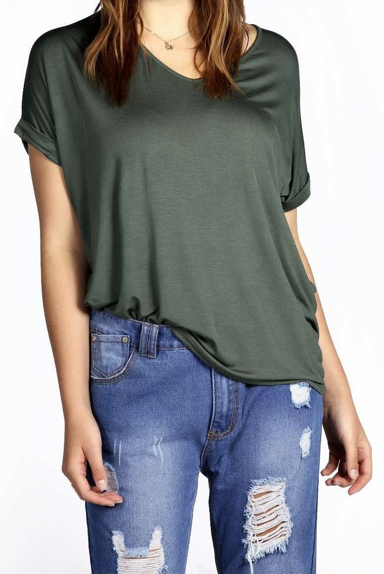 Give an edge to everyday casuals with boohoo's range of t-shirts. Oversized and cropped styles to suit every style. Start browsing and find the perfect look!
